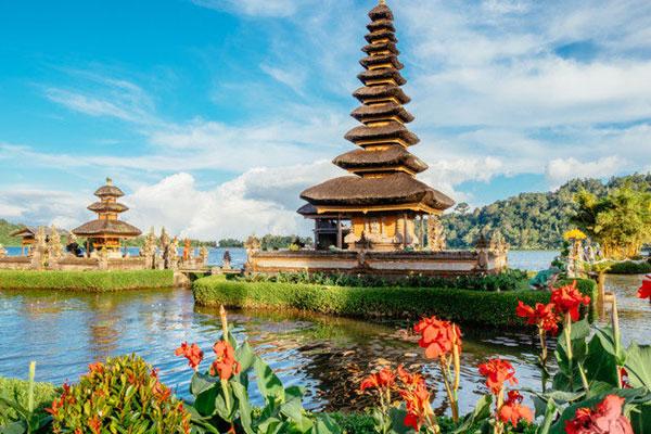 インドネシアは東南アジア南部、赤道にまたがって東西5 1 1 0 k m に広がる国。面積は約1 9 0 万平方k m で日本の約5 倍の面積を誇る。正式名称はインドネシア共和国と言い、1 万数千の大小様々な島で構成されている国。首都はジャワ島にあるジャカルタ( J A K A R T A) で、人口は約3 億人。マレー系を中心に、3 0 0 以上の民族が暮らす、多民族国家。国民の大多数がイスラム教徒。公用語はインドネシア語だが、国内各地でジャワ語やバリ語など独自の言語が話されている。